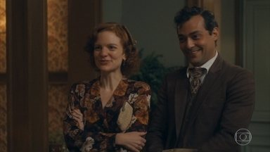 Olga e Zeca voltam de São Paulo - O casal vai até a casa de Lola, mas Alfredo avisa que sua mãe não está