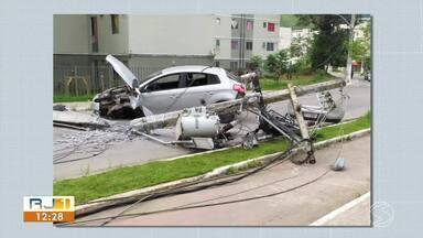 Acidente entre carro e moto derruba poste e deixa três feridos em Angra dos Reis - Batida aconteceu na Estrada da Banqueta, no bairro Banqueta. Vítimas que estavam na moto tiveram fraturas no fêmur e no braço.