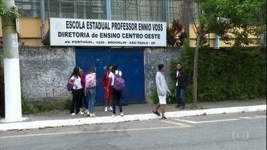 Aulas em SP começam a ser suspensas - É uma suspensão gradual, e muitos alunos já não foram para as escolas na segunda-feira (17).