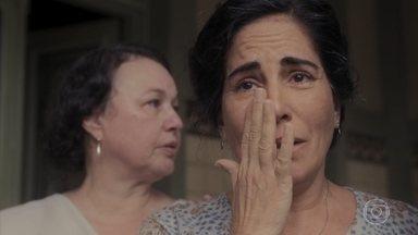 Lola sofre ao ver Alfredo indo embora - Genu conforta a amiga, que lamenta o destino do filho
