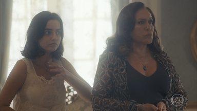 Emília enfrenta Gusmões, que decide revistar a casa - Justina finge uma crise nervosa para despistar Gusmões