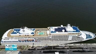 Plano para retirar passageiros e tripulantes de navio retido no Recife é elaborado - Embarcação está atracada desde quinta (12) por causa de casos de conronavírus