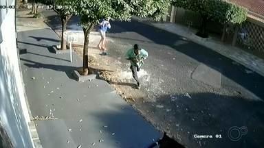 Dupla é presa suspeita de roubar correntes de ouro em Rio Preto - Dois homens foram suspeitos de praticar vários roubos de correntes de ouro em São José do Rio Preto (SP).