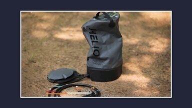 Empresa dos EUA cria chuveiro portátil - O chuveiro portátil fica no chão. A pessoa pode pressurizar o tanque, de quase três litros de água, bombeando com o pé. Depois é fácil para reabastecer, não precisa nem usar mangueiras.