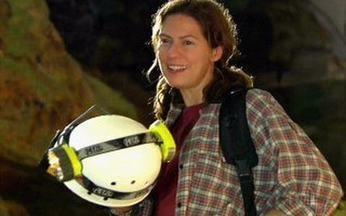 Capítulo de 16/06/2008 - Donatela se arrisca para salvar uma criança que quase é atropelada. Lara quase se afoga, mas é salva por Flora.