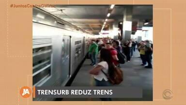 Trens ficam lotados nesta segunda-feira devido à redução da frota pela Trensurb - Empresa alegou que teve que dispensar funcionários idosos e de grupos de risco, ficando com pouco pessoal.