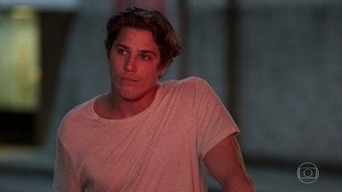 Marco inventa para Anjinha que é sócio de Rui no motel - O major pede segredo à filha