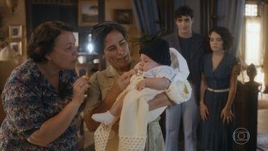 Lola reencontra Genu e conhece Leon, filho de Inês - Inês e Lúcio ficam surpresos e preocupados ao ver Lola na casa de Genu