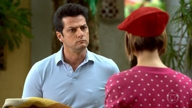 Crô teme que Vanessa seja humilhada por Tereza Cristina - Renê agradece a equipe do restaurante pelo jantar. Crô recebe um telefonema misterioso