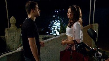 Rafa e Amália se beijam - Ele a espera na porta de casa e a jovem não resiste ao sedutor