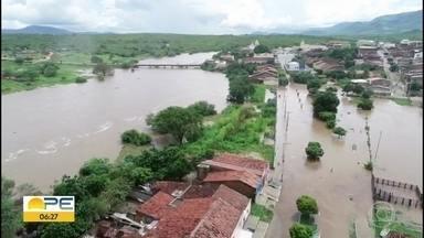Sertão de Pernambuco enfrenta transtornos gerados pelas chuvas - Chuva esperada pelos agricultores provocou estragos no Sertão.