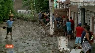 Temporal provoca enchentes em cidade de Alagoas - Em Santana de Ipanema, o Riacho Camochim transbordou e invadiu centenas de casas.