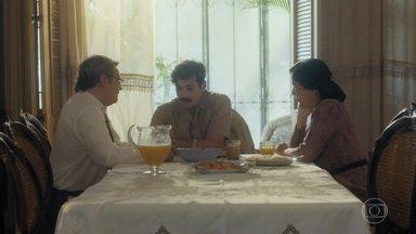 Alfredo cumprimenta Lola e Afonso pelo casamento - Ele confessa que sempre considerou o comerciante como um segundo pai. Alfredo mostra sua medalha de herói de guerra e avisa que pretende morar em um barco