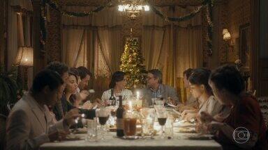 Capítulo de 27/03/2020 - Alfredo volta para casa e descobre que Leon é seu filho. Maria se despede de suas filhas. Afonso surpreende Lola e compra sua antiga casa. Julinho se separa de Soraya e aparece de surpresa no Natal da família.