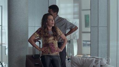 Dorinha e Zé Pedro se hospedam com as crianças na casa de Carolina - Ela se desespera ao ver sua casa toda molhada e decide ir para a casa da irmã. Carolina se preocupa por ter que deixar a casa com a família de Dorinha