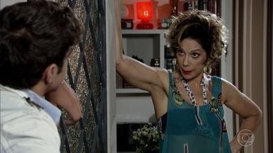 Antenor avisa a Mirna que houve uma mudança de planos - Amália pede que Griselda vista um vestido para o jantar com Rafael. Antenor avisa que Mirna terá que encenar sua chegada no aeroporto