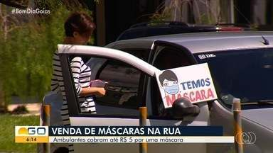 Ambulantes aproveitam a falta de máscaras em farmácias para ganhar dinheiro em Goiânia - Muita gente acaba comprando o objeto na rua.