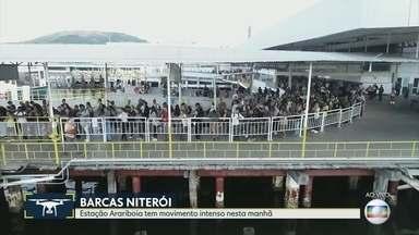 Estação das barcas, em Niterói, com grande movimentação - Não há filas do lado de fora, mas no embarque.