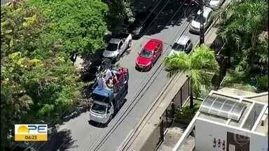 Padre usa carro de som para percorrer bairro abençoando casas no Recife - Domingo de Ramos é uma data importante para os católicos.
