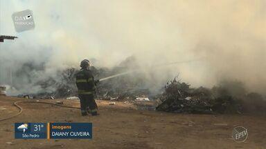Incêndio atinge ecoponto do Água Branca em Piracicaba - Corpo de Bombeiros tenta controlar o fogo, que atinge praticamente toda a área.