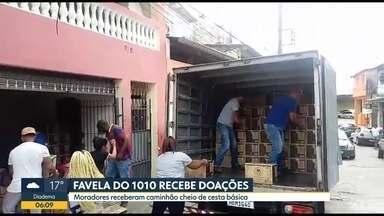 Favela do 1010 recebe doações - Moradores receberam caminhão cheio de cestas básicas
