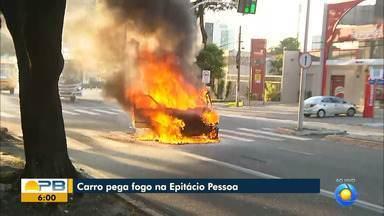 Carro fica destruído após pegar fogo enquanto motorista dirigia veículo, em João Pessoa - Fogo foi controlado pelo Corpo de Bombeiros, mas carro ficou destruído. Motorista não ficou ferido.