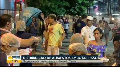 Distribuição de alimentos no Mercado Central, em João Pessoa - Grupo se expõe para ajudar os mais carentes.