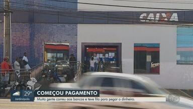 Governo federal começa a pagar os R$ 600 do auxílio emergencial - Nas ruas de Ribeirão Preto, moradores formaram fila na porta de agências da Caixa.