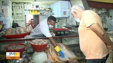 Vendedores de pescado baixam preços para não perder produtos em São Luís - O motivo da queda é a pouca procura pelo pescado, causada pela pandemia do novo coronavírus.
