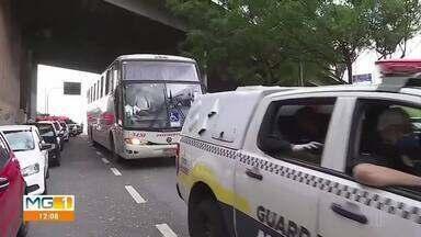 Ônibus com passageiros de Caratinga é barrado em Belo Horizonte - Novo decreto do prefeito Alexandre Kalil (PSD) proíbe a circulação de ônibus que saíram de cidades que interromperam o isolamento social.