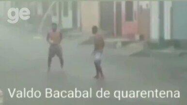 Em quarentena, Valdo Bacabal bate bola na rua com os amigos durante temporal; veja - Em quarentena, Valdo Bacabal bate bola na rua com os amigos durante temporal; veja