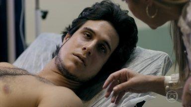 Lúcio recebe a visita de Carminha no hospital e confirma que Max o atropelou - Janaína percebe a intimidade de Carminha e Lúcio e fica desconfiada