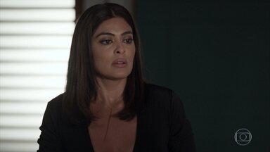 Carolina pede para Jojô apoiá-la na ideia de ser mãe - A menina ameaça mostrar a foto de Carolina para Arthur