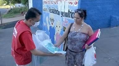 """Voluntários do grupo """"CoronaVIDA"""" distribuem equipamentos de proteção para profissionais - O grupo de voluntários """"CoronaVIDA"""" promoveu uma ação nesta quinta-feira para entregar equipamentos de proteção aos profissionais da saúde,como máscaras e aventais, assim como em asilos e hospitais."""
