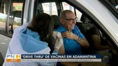 'Drive thru' vacina novo grupo de risco em Adamantina - Moradores com doenças crônicas devem ir de carro até o Poliesportivo.
