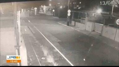 Câmeras de segurança registram assalto em João Pessoa - Caso aconteceu no bairro da Torre; vítima foi abordada quando estava chegando em casa.