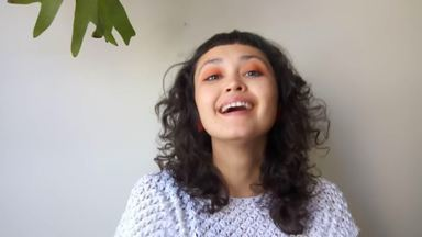Quarentena: aprenda a cortar a franja do cabelo em casa - A paranaense Júlia Souza conversou com o 'Estúdio C' e gravou um vídeo explicativo para quem quer inovar no corte de cabelo em casa!