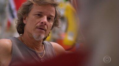 Max diz a Lucinda que vai fugir com Carminha - Lucinda tenta alertar o filho sobre os perigos que ele está correndo