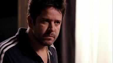 Tufão pede a separação e sai de casa - Ele dá uma chance para Carminha revelar a verdade, mas ela insiste em acusar Nina de tentar destruir sua vida por vingança