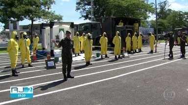 Militares treinam para desinfecção de espaços públicos e vão preparar garis para a tarefa - Equipes usam equipamentos, roupas e produtos especiais para a descontaminação de áreas de uso coletivo, num esforço para o combate à disseminação do coronavírus.