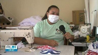 Costureiras fabricam máscaras com escudos de times alagoanos. - Iniciativa protege contra o vírus e agrada torcedores.
