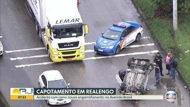 Capotamento causa grande congestionamento na Avenida Brasil - O acidente aconteceu no sentido Centro, entre Realengo e Magalhães Bastos. Não há informações sobre feridos.