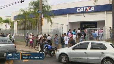 Beneficiários do Bolsa Família fazem fila para receber o auxílio emergencial do governo - Além dos beneficiários, trabalhadores que se inscreveram no programa também receberam a primeira parcela que está sendo paga nesta quinta-feira (16).