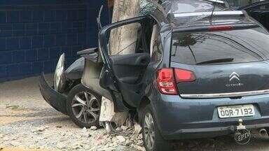 Homem morre após bater carro contra poste durante perseguição policial em Campinas - O acidente aconteceu na Rua Joaquim Vilac, no bairro Vila Teixeira. Condutor do veículo, homem de 22 anos, morreu no local.