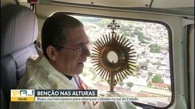 Benção nas alturas - Bispo usa helicóptero para abençoar cidades no sul do RJ.