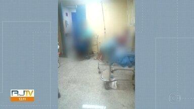 Pacientes com suspeita de coronavírus esperam vaga em cadeira no Hospital Rocha Faria - No Hospital Rocha Faria, os sete leitos da enfermaria para coronavírus e os 14 leitos de UTI estão ocupados. Uma paciente com Covid-19 ficou dois dias em cadeira, perto de outros doentes.