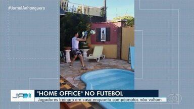 Jogadores goianos treinam em casa enquanto campeonatos não voltam - Veja a rotina de alguns deles.