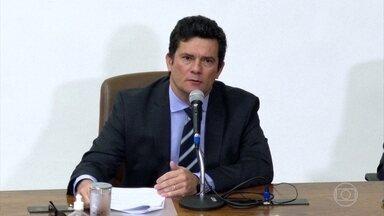 Ao pedir demissão, Moro faz acusações graves contra Bolsonaro - O ex-ministro Sergio Moro disse que não existia nenhuma causa real para a demissão do diretor-geral da PF e afirmou que Bolsonaro tentou interferir politicamente na Polícia Federal.