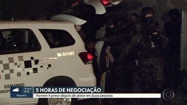 Homem que atirou em duas pessoas é preso depois de negociação de mais de 5 horas - Policiais do Gate atuaram na prisão do suspeito.