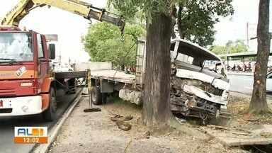Homem fica ferido em acidente entre caminhão e árvore em Maceió - Acidente ocorreu na Avenida Durval de Góes Monteiro.